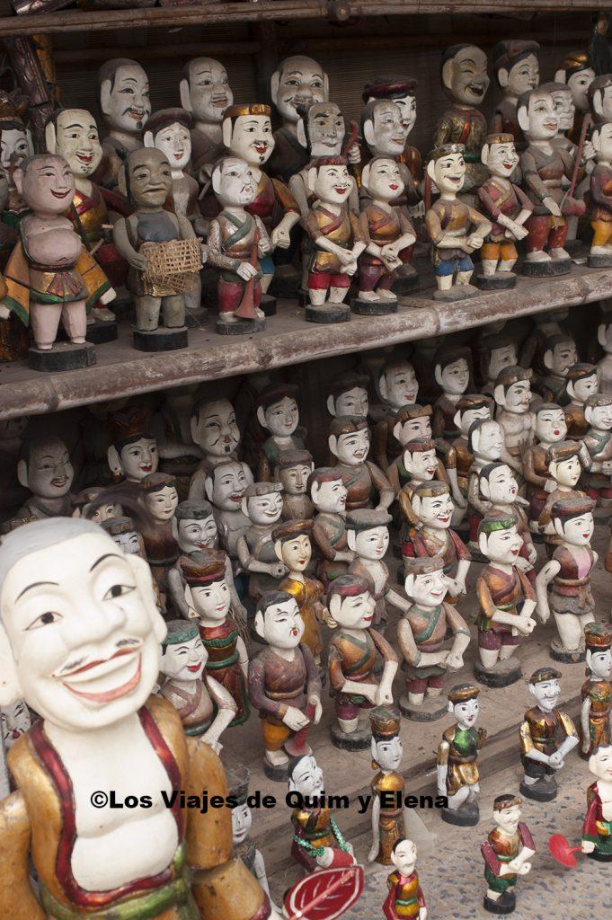 Marionetas en una tienda de souvenirs
