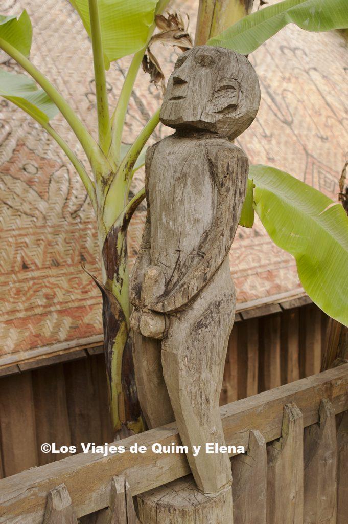 Escultura funeraria cogiéndose el tema