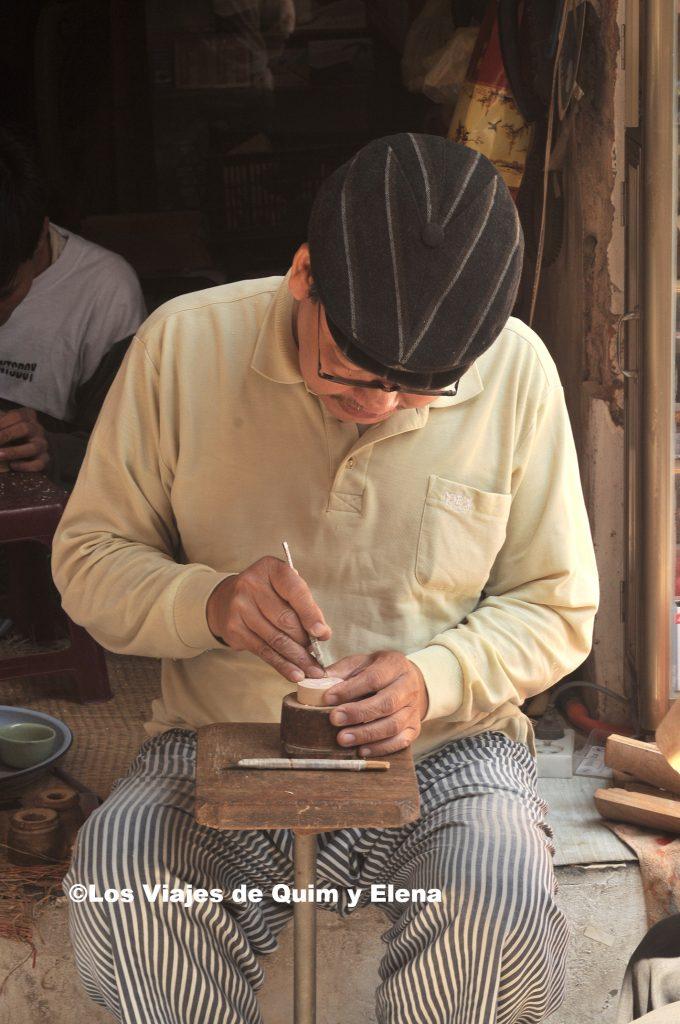 Artesano haciendo un sello