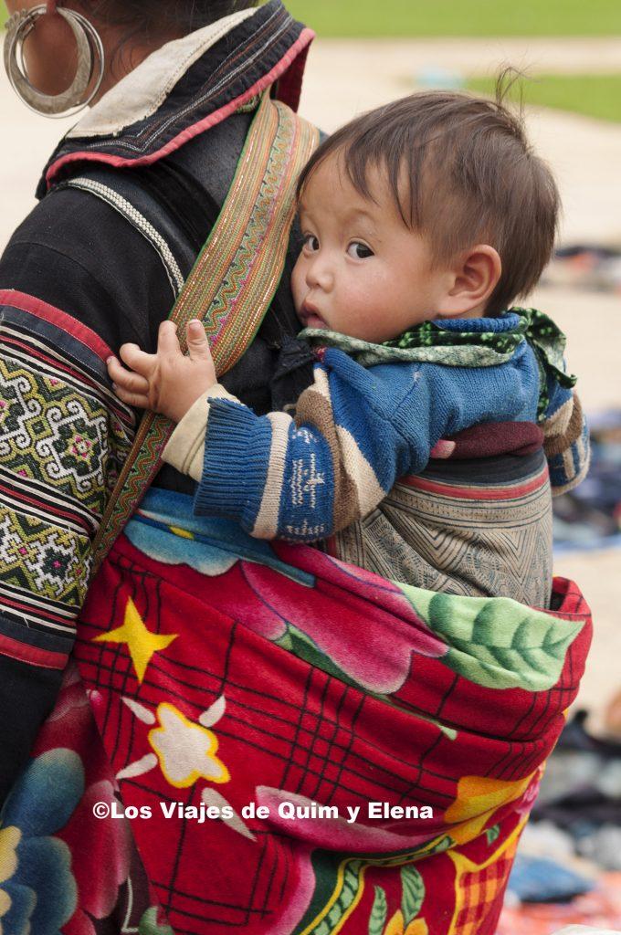 Hmong con su hijo en el mercado