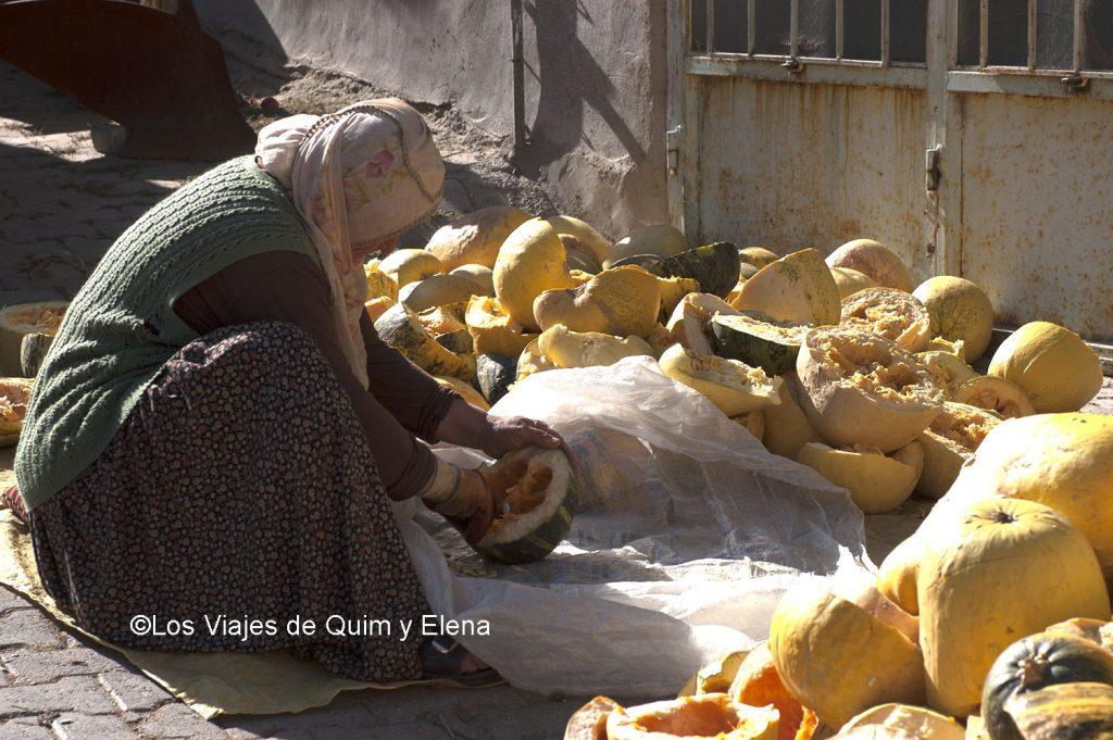 Mujer vaciando calabazas