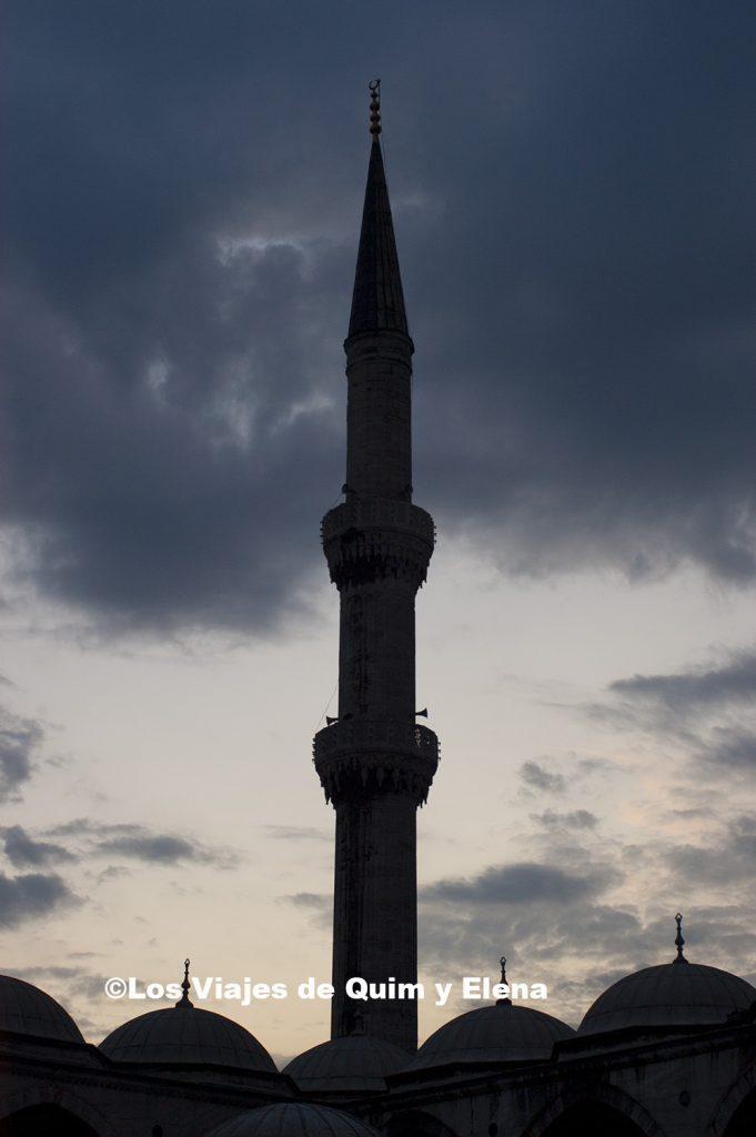 Un minarete de la mezquita azul