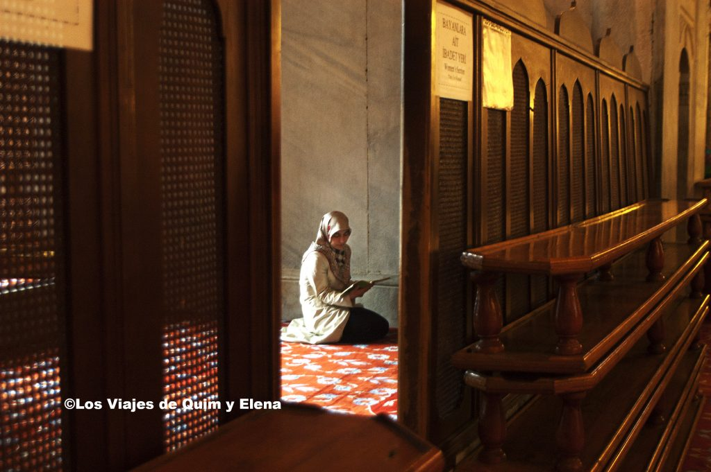 Mujer rezando en la mezquita azul