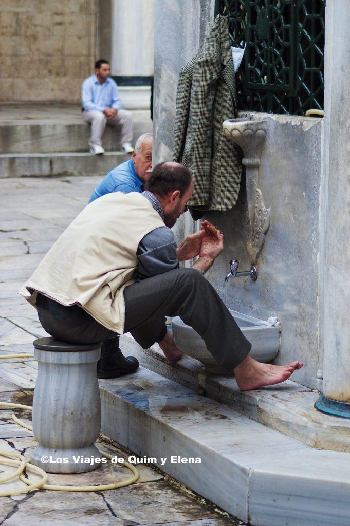 Hombre preparándose para rezar