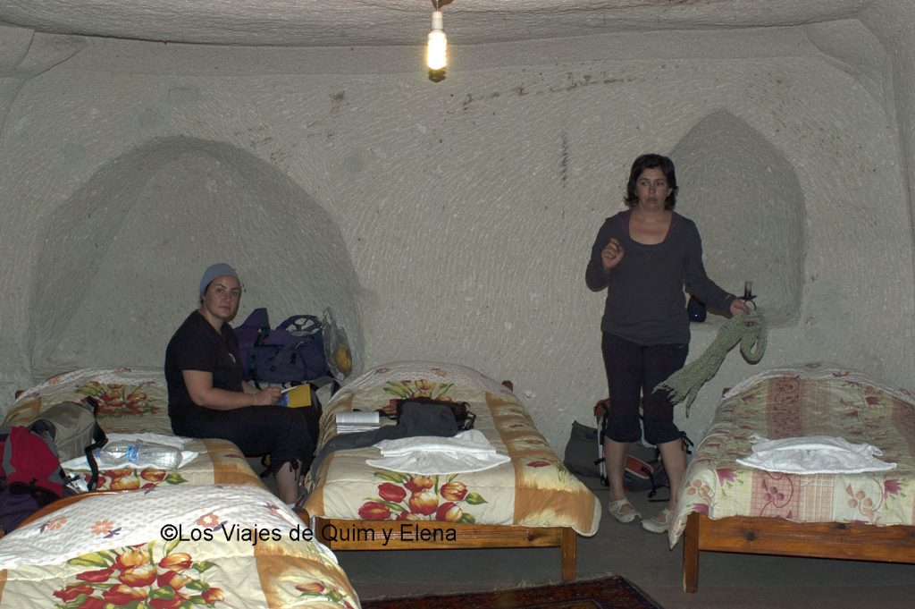 Elena y Nuri en la habitación cueva