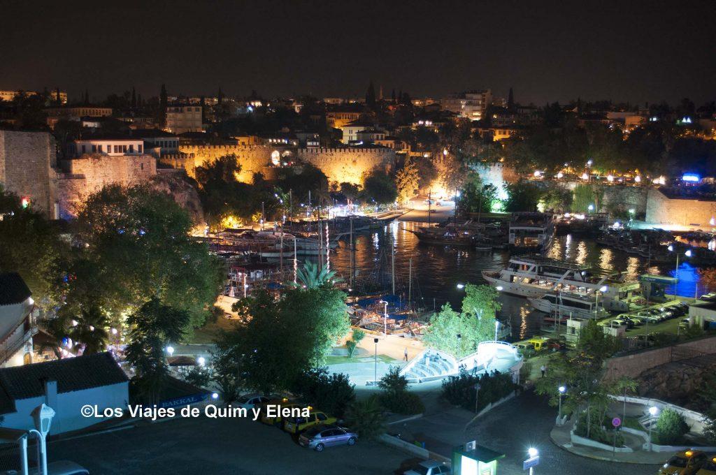 El puerto de Antalya de noche
