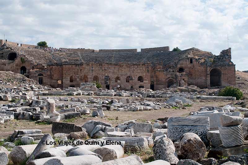 Restos por el suelo en Hierápolis