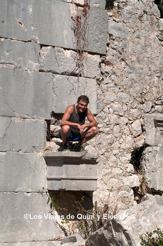 Jaume en las ruinas de Olympos