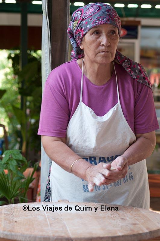 Cocinera trabajando