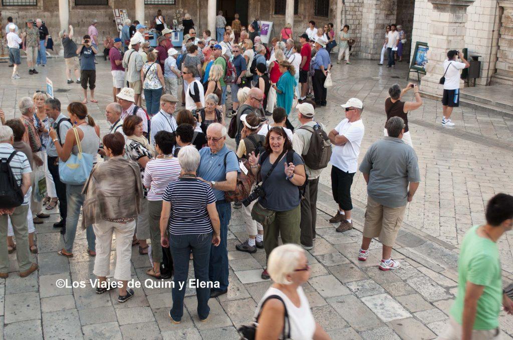 Elena rodeada de turistas