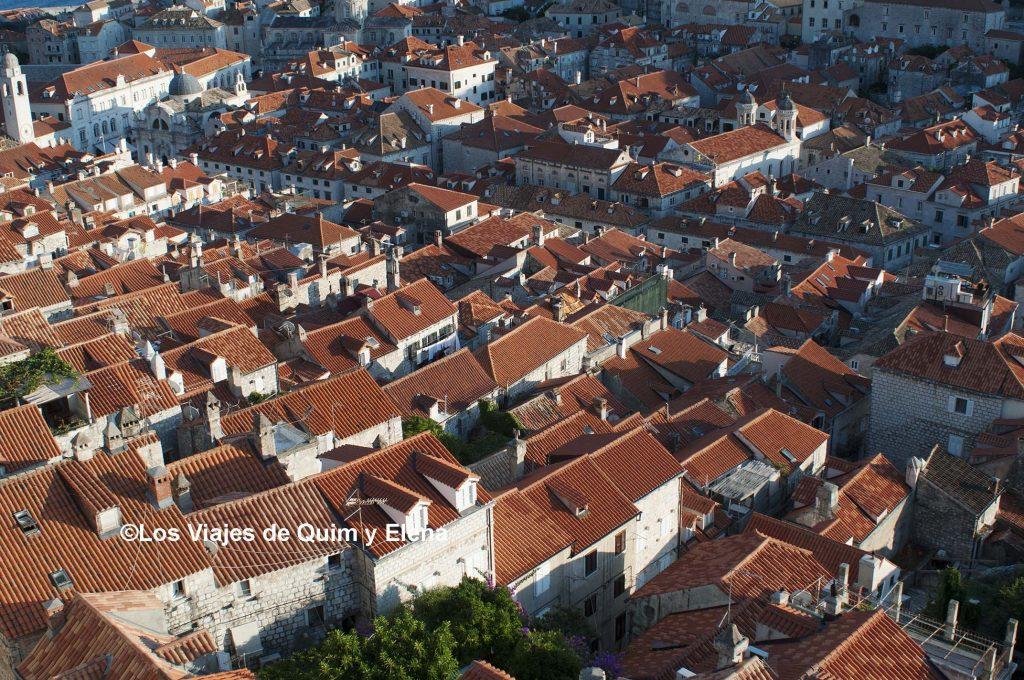 Los tejados de la ciudad durante el atardecer