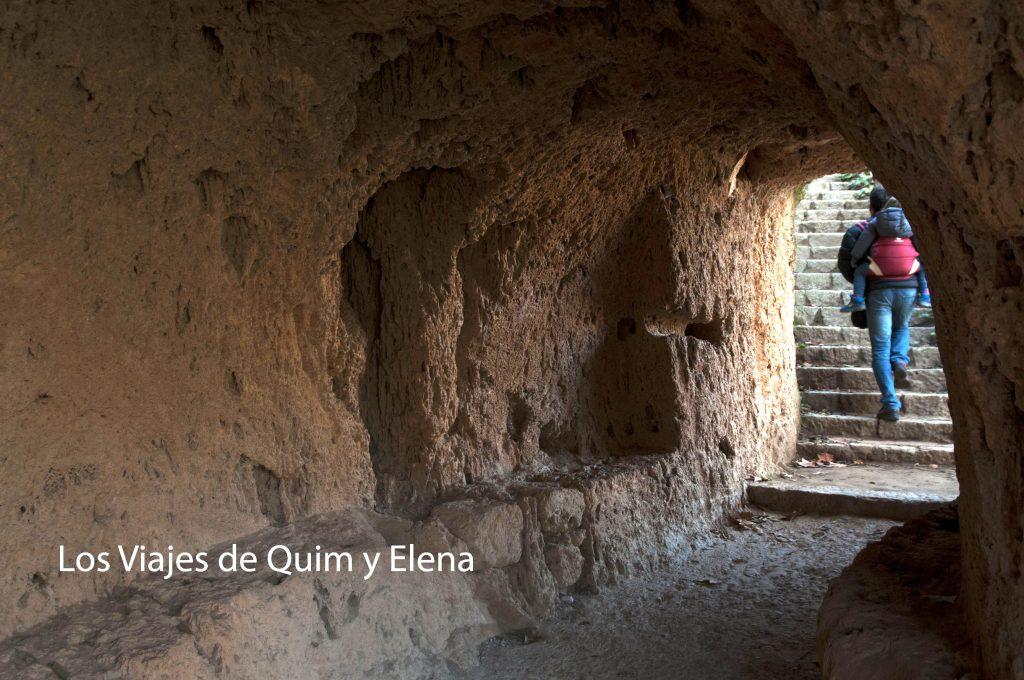 Con Éric a cuestas y para arriba en el Monasterio de Piedra