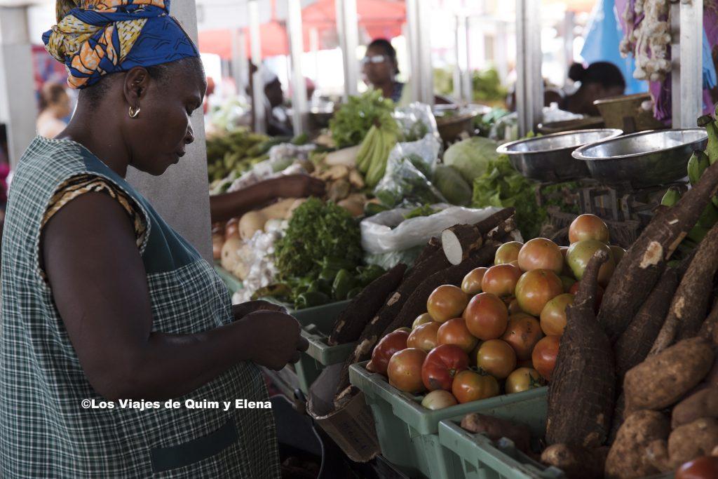 Vendedora en el mercado municipal de la capital de Cabo Verde