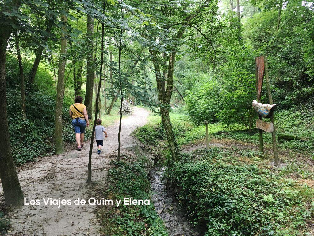 Elena y Éric paseando por el bosque encantado