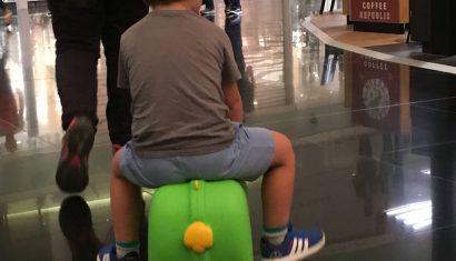 Éric a punto de coger un avión en El Prat con su maleta favorita