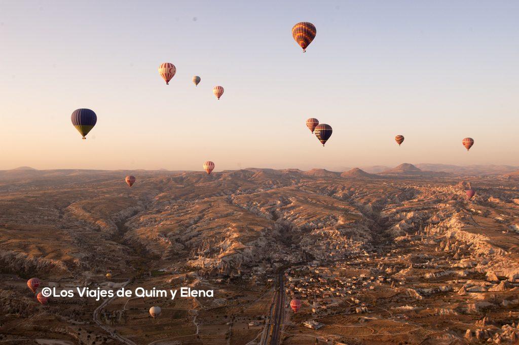 Multitud de globos en el cielo