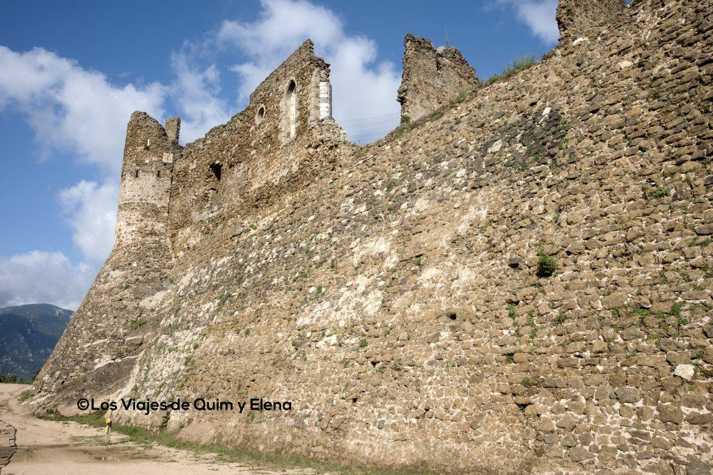Los muros exteriores del Castillo de Montsoriu