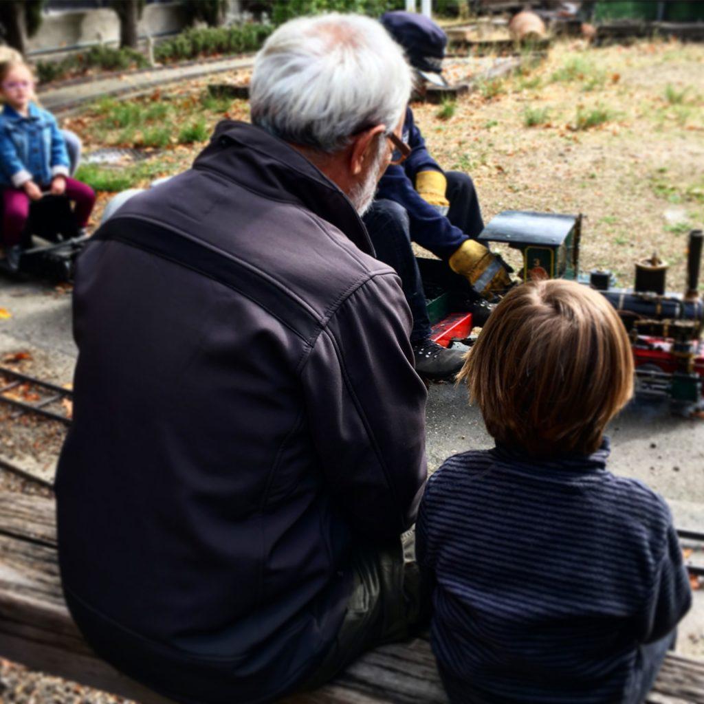 Éric y su abuelo Jose disfrutando de los trenes