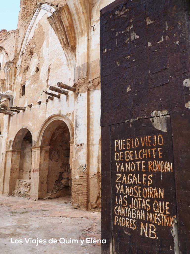 Poema sobre la puerta de la iglesia que realizó el hijo de uno de los supervivientes.