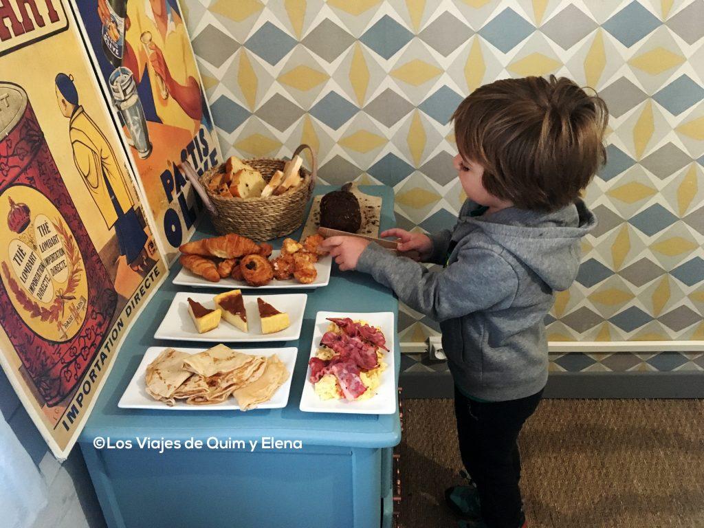 Éric preparándose el desayuno