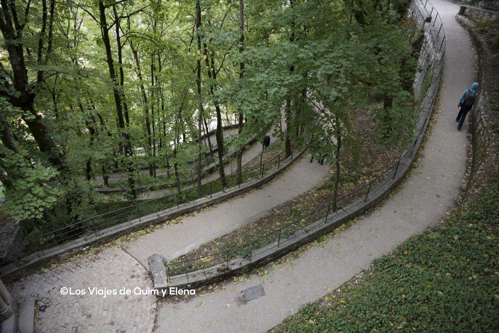 El camino transcurre entre árboles y es muy agradable
