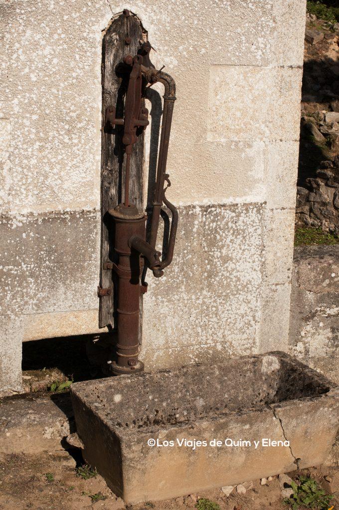 Fuente cerca de la iglesia