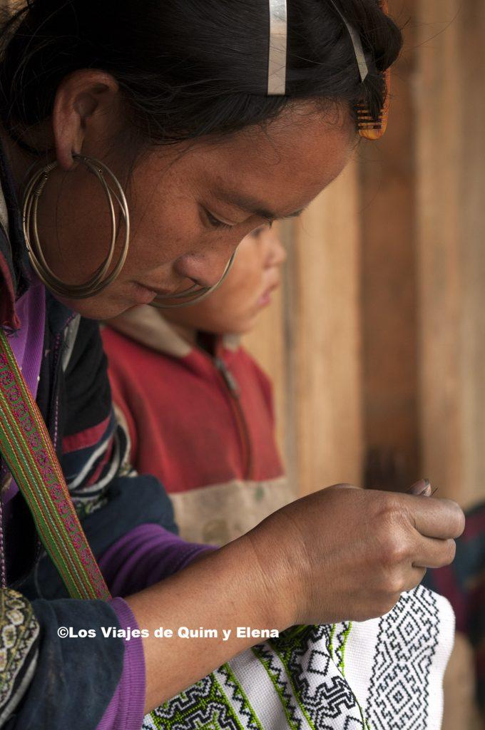 Black cosiendo el a aldea Hmong negros