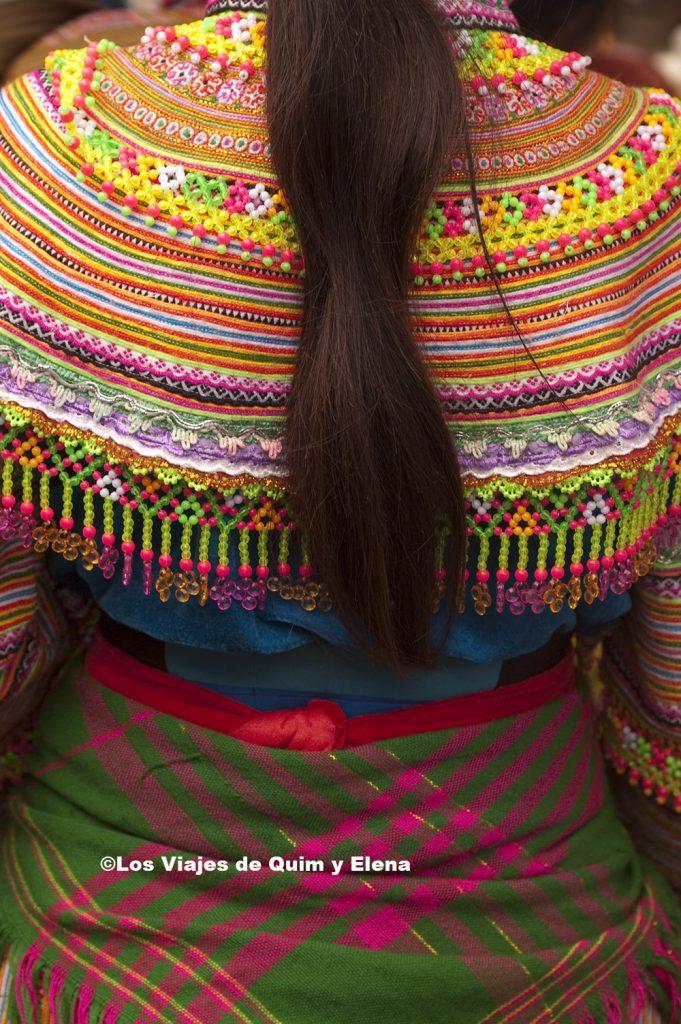 Detalle de una mujer Hmong Flor