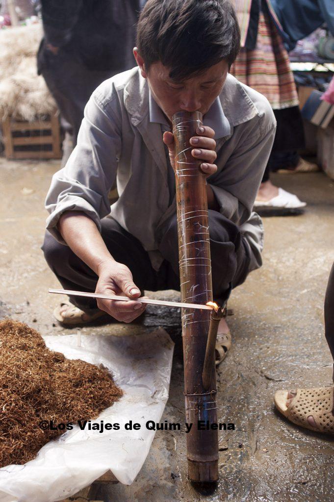 Hombre fumando en el mercado de Bac Ha