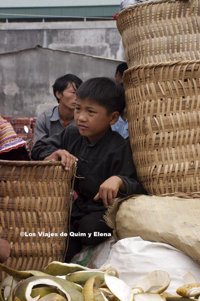 Niño entre cestos