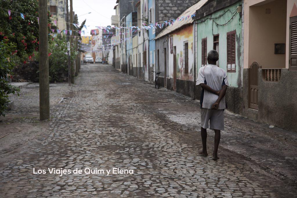 Hombre paseando en Vila das Pombas