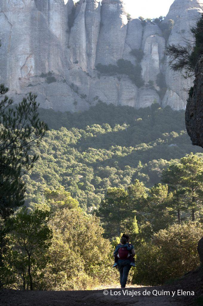 Caminando hacia la excursión en la montaña