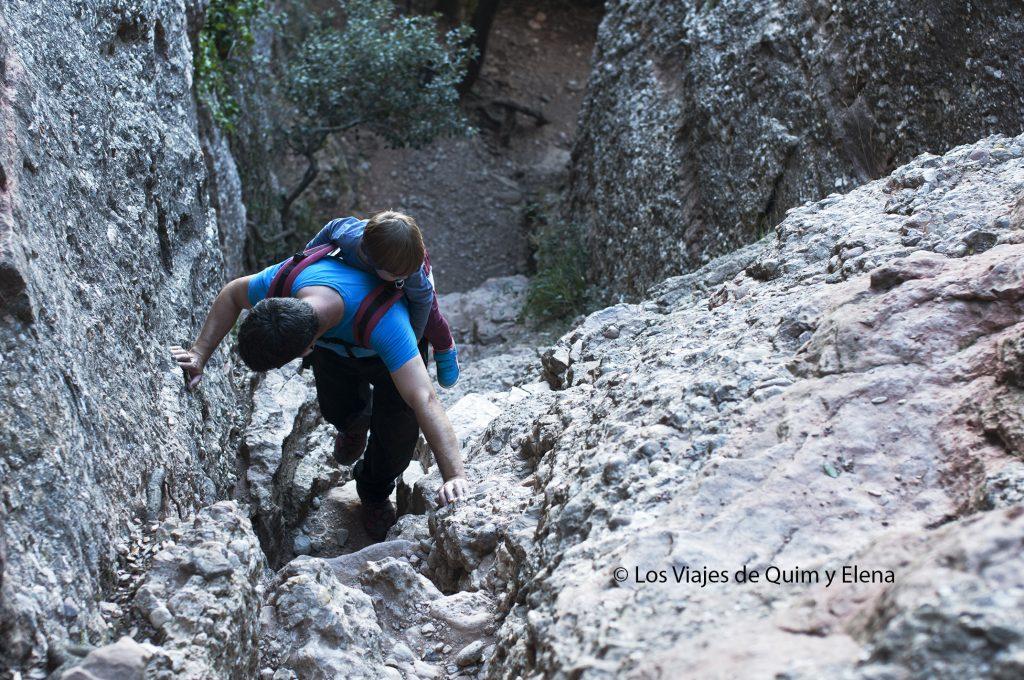 Escalando en tandem durante la excursión en la montaña