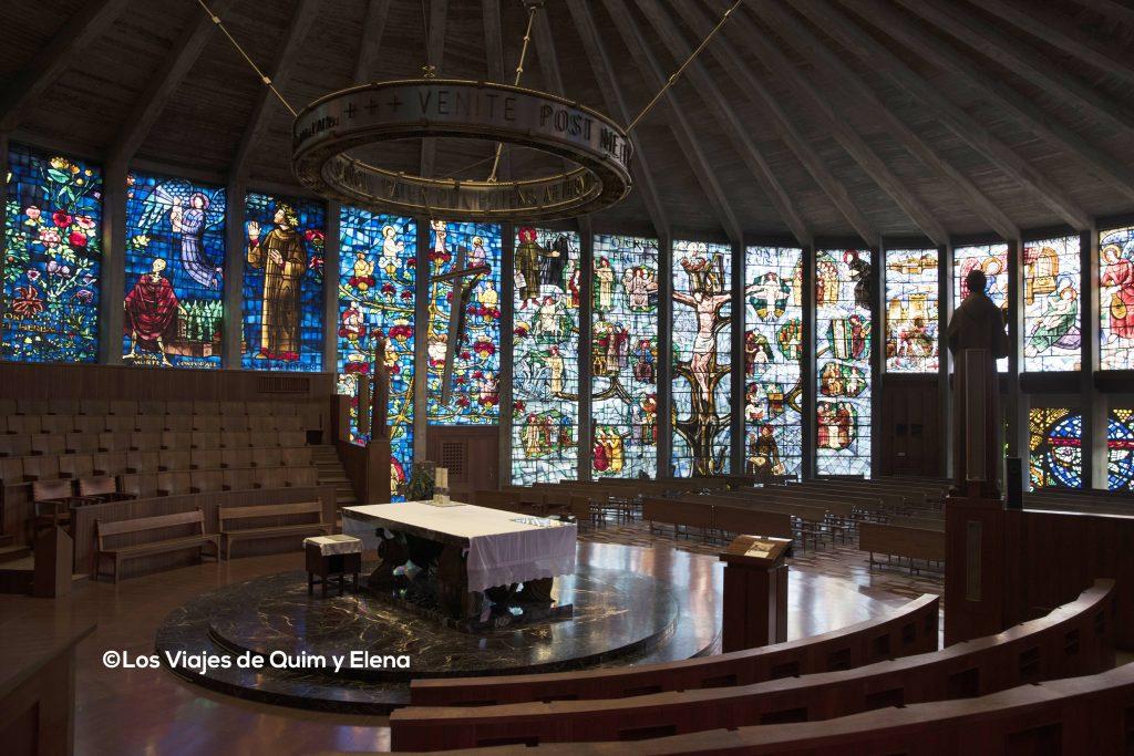 Altar en el centro de la iglesia de Cristal