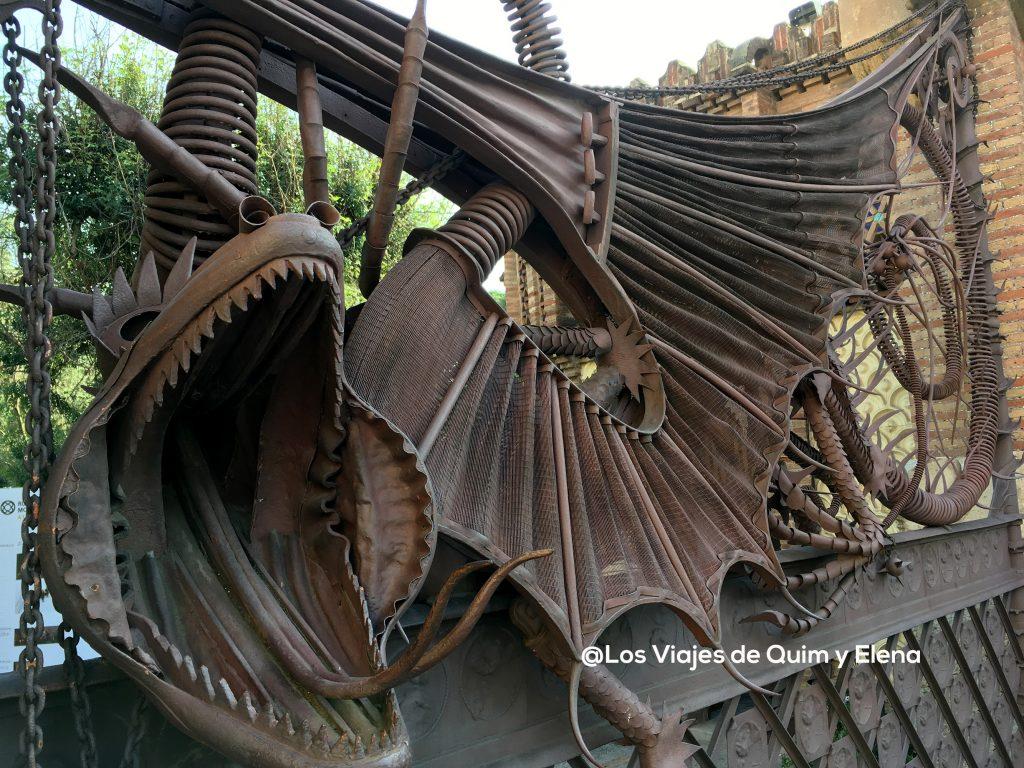 El dragón de la entrada en una de las obras de Gaudí