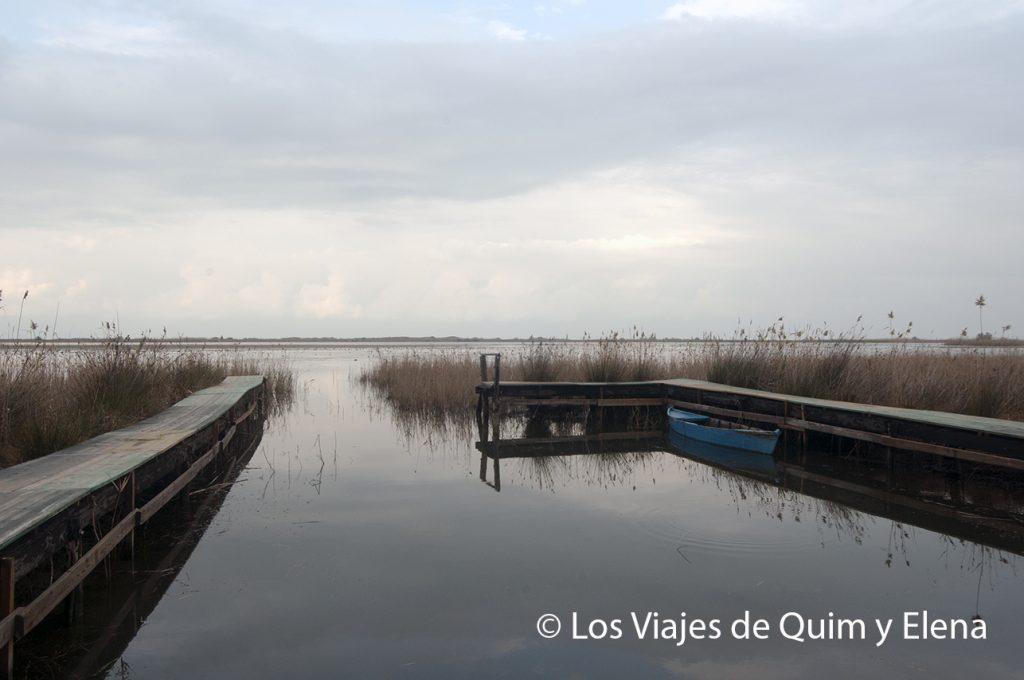 Barca en el Garxal mientras llueve en el Delta