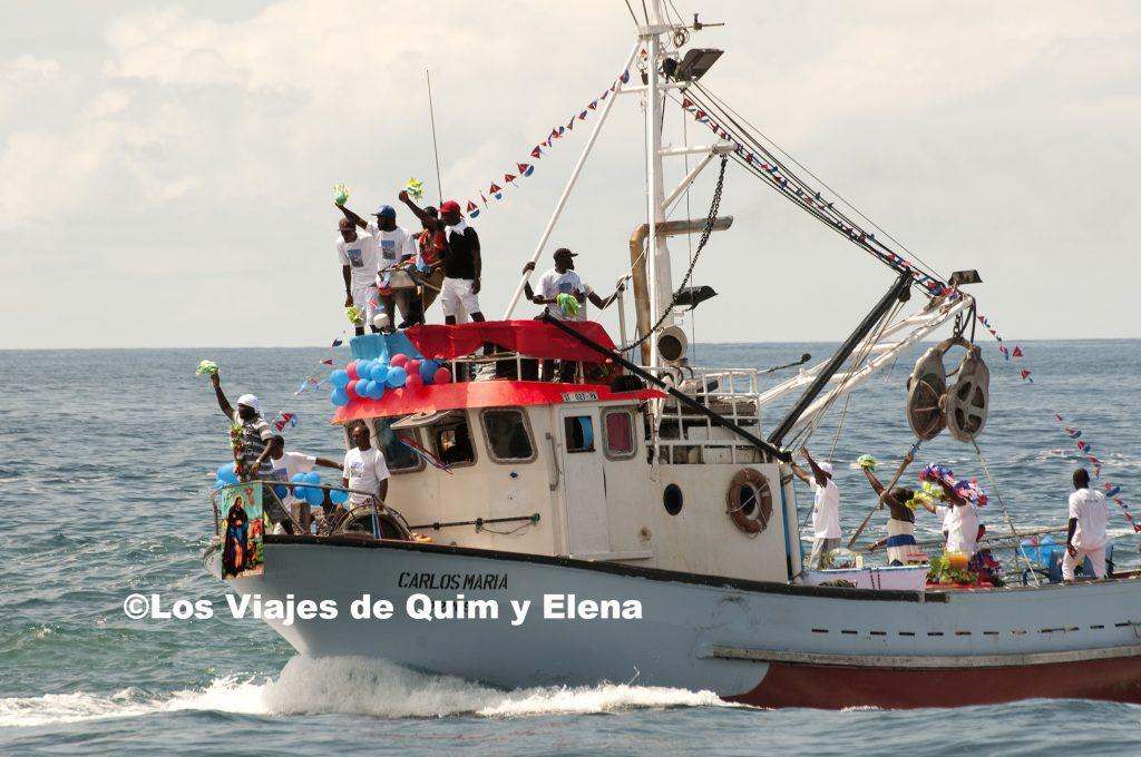 Barcos navegando en Cidade Velha