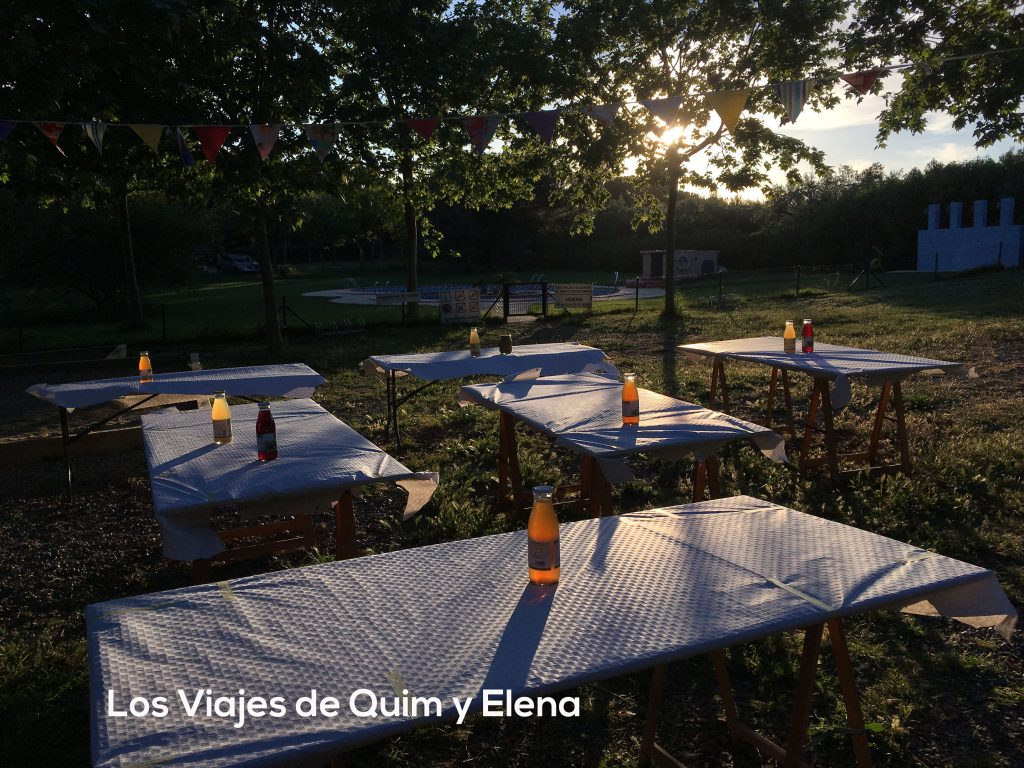 Las mesas preparadas para el picnic