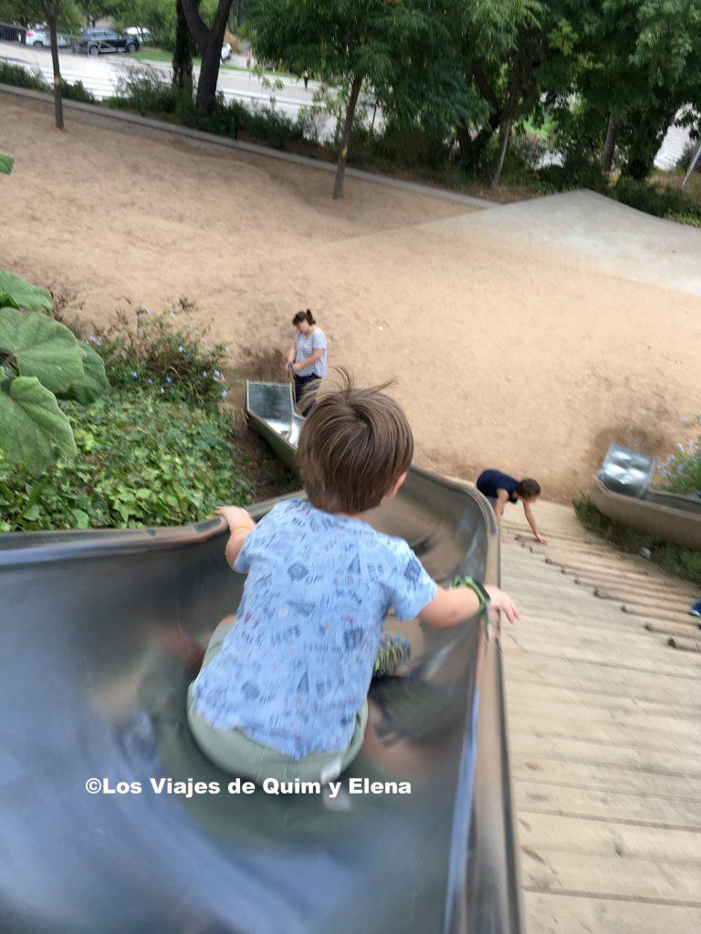 Después de disfrutar de la Vista de Barcelona, jugando en el tobogán