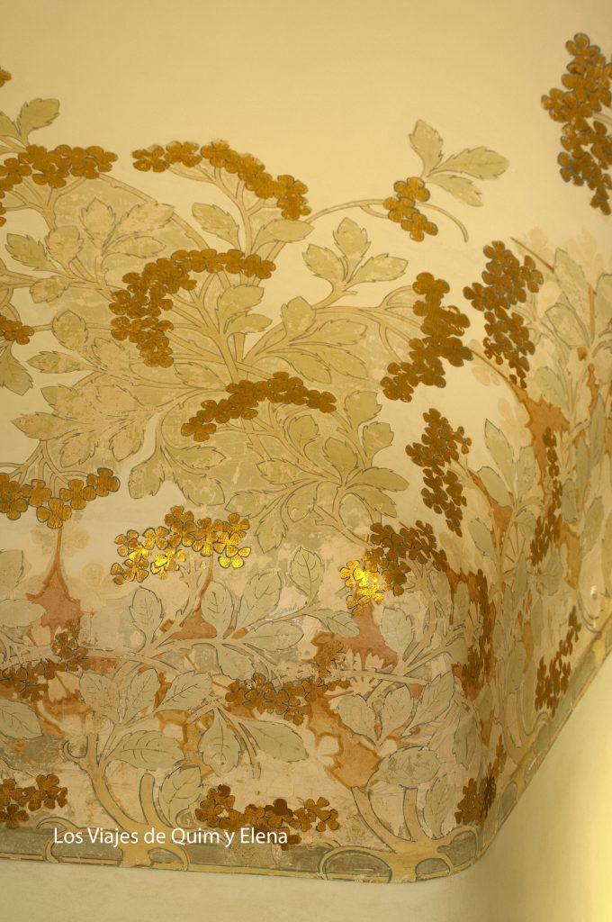 Detalle pintura en el techo con pan de oro