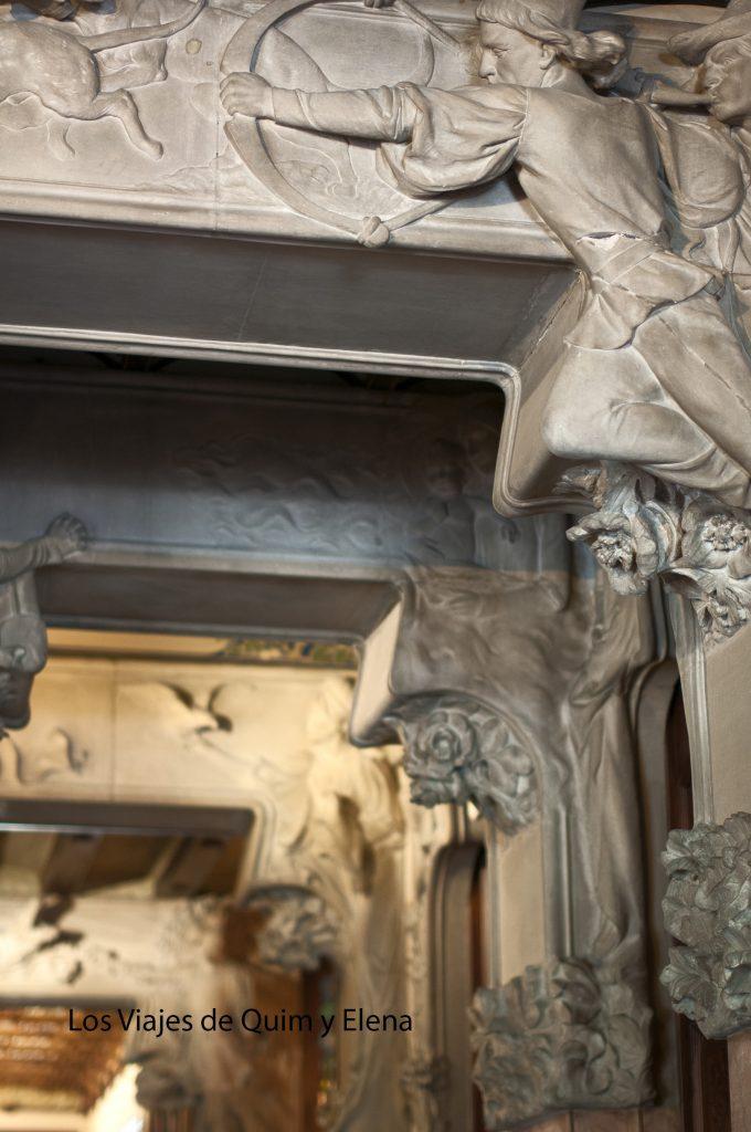 Esculturas en los marcos de la Casa Lleó i Morera