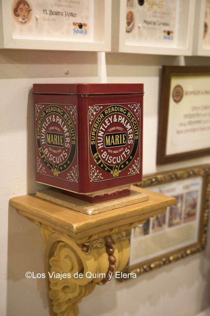Caja de galletas donde vive la familia Pérez