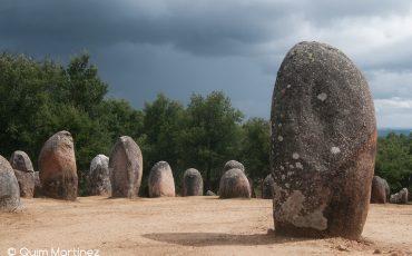 Los megalíticos - Cromeleque dos Almendres