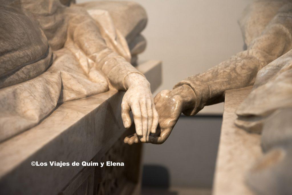 Las manos de los Amantes de Teruel a punto de tocarse
