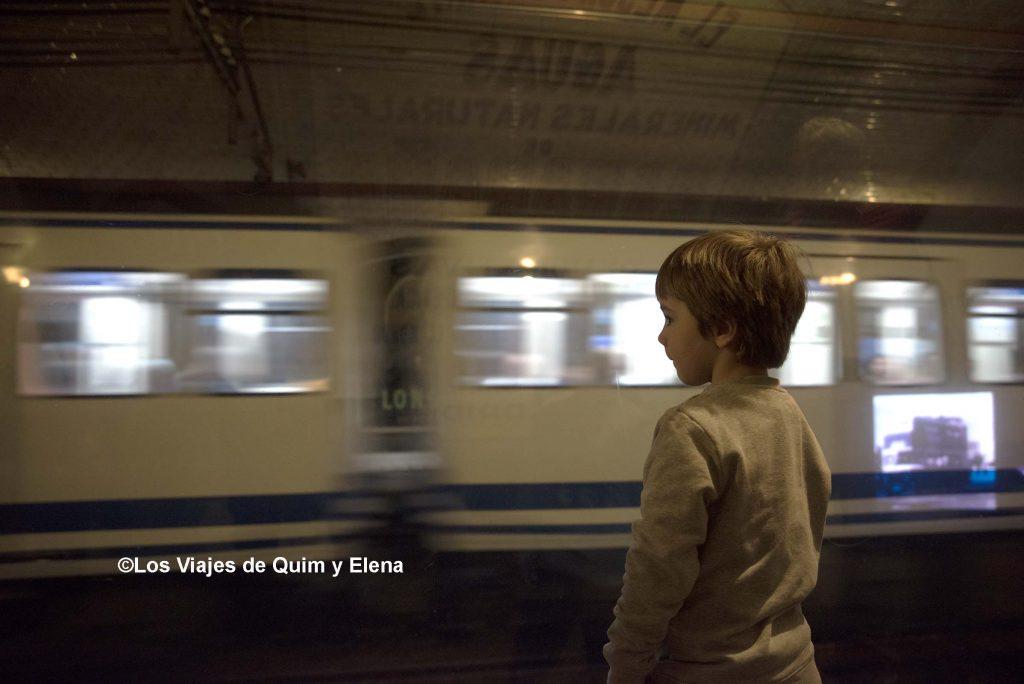 Éric viendo pasar los trenes en la estación fantasma