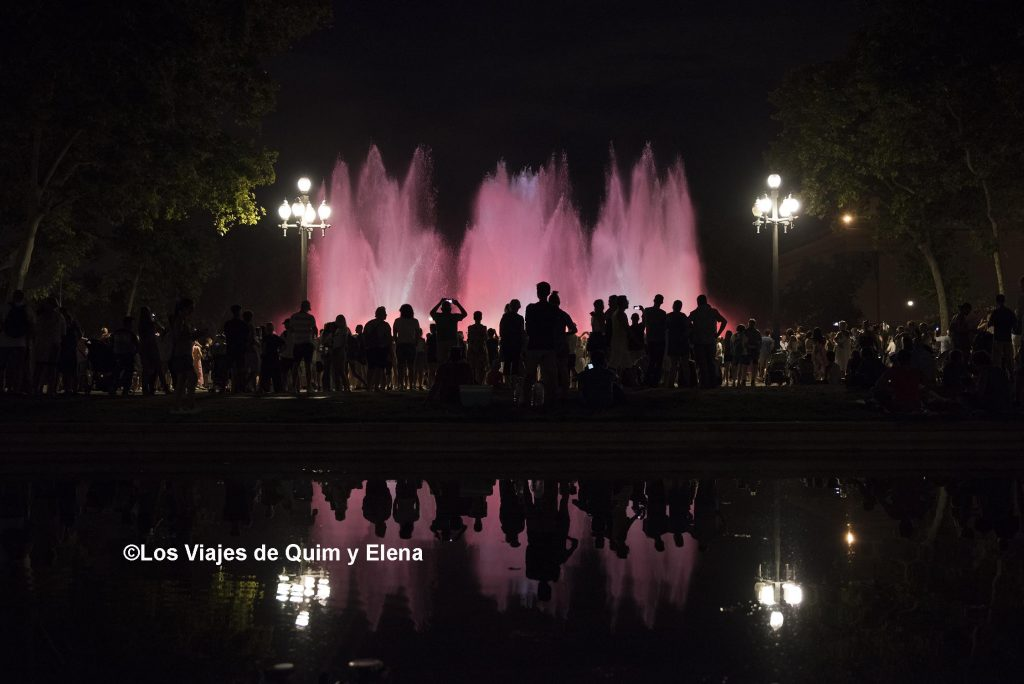 La multitud rodea la Fuente Mágica de Montjuic