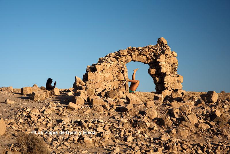 Dos chicas posando en Punta Papagayo