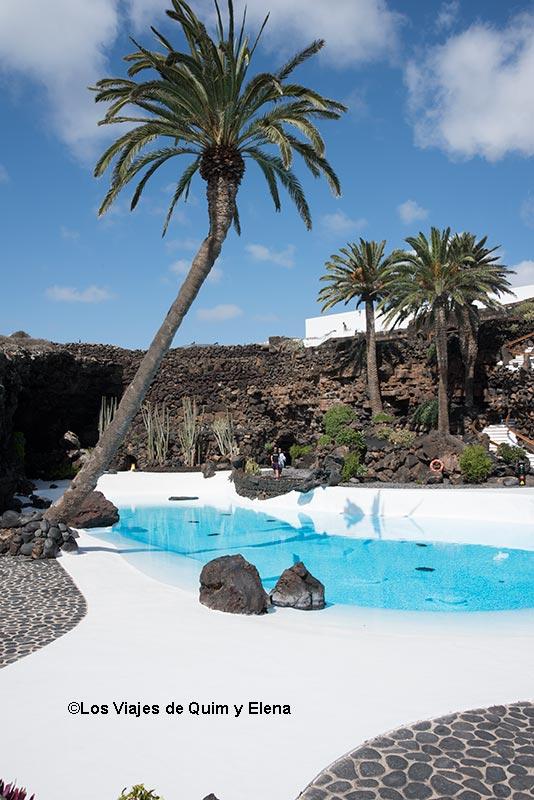 La espectacular piscina de Jameos del agua
