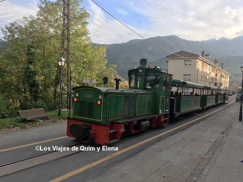 El tren del Ciment pasando por La Pobla de Lillet