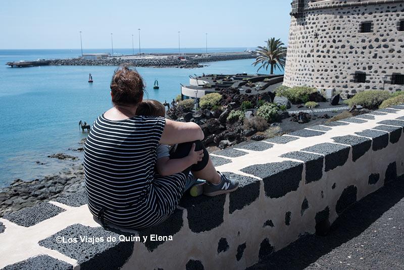 Elena y Éric contemplando el puerto junto al Castillo de San José